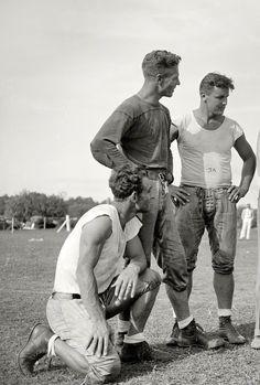 The Vintage Life Old Pictures, Old Photos, Random Pictures, Vintage Photographs, Vintage Photos, Photos Originales, Vintage Sportswear, Vintage Football, Raining Men