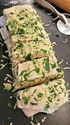 Ett luftigt och mjukt vitlöksbröd med örter och ost. Smakar underbart och passar perfekt till soppan, sallad eller som tillbehör till maten.