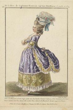 Robe à la Polonoise de Satin legér, ajusté avec des bandes d'autres Couleurs, et des Garnitures de Gaze Bonet à tuyaux, ceint d'un ruban roulé, ataché d'une rosette de Brillant sur le devant et garni de Fleurs.