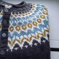 Ravelry: Project Gallery for Riddari pattern by Védís Jónsdóttir Sweater Knitting Patterns, Knit Patterns, Stitch Patterns, Fair Isle Knitting, Knitting Yarn, Knitting Machine, Free Knitting, Norwegian Knitting, Icelandic Sweaters