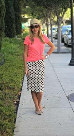 Cute neutral polka dot skirt and love the way she tied her tshirt
