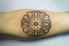 Tatouage graphique en dots sur l'avant bras #tatouage #graphique #dots #tattoo #toulouse #arcanetattoo