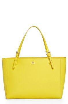 b7fa2f13003 This vibrant Tory Burch tote is the perfect spring handbag! Portemonnees En  Tassen, Hobo