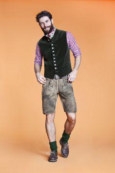 Die edle Samtweste in Oliv gibt dem gesamten Trachten Outfit eine elegante Note. Die richtige Schuhe für Ihr Lederhosen Outfit gibt es bei Clarks: http://www.clarks.de/p/26110410