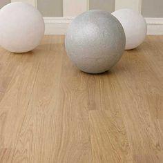 Misez sur le confort en optant pour le parquet contrecollé Harmony. Conçu à partir de bois de chêne européen certifié PEFC, ce modèle se fixe sans effort grâce au système de pose flottante clipsée.