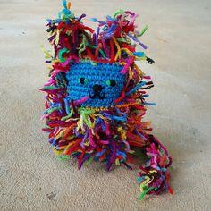 A scrap cat for Mr. Scrap Yarn Crochet, Crochet Mat, Crochet Toys, Crochet Patterns Amigurumi, Yarn Crafts, Crochet Projects, Arts And Crafts, Weaving, Crafty