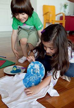 Para levar de lembrança, as crianças podem inventar uma camiseta com estampa exclusiva. É bem simples de fazer: marque uma placa de isopor com caneta esferográfica, forçando bastante. Passe tinta de tecido na placa e a posicione sobre o tecido, pressionando bem