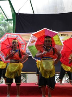 ...how beautiful children performanced their dancing..looking closely..