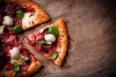 Pizza i dieta odchudzająca? To wydaje się nie do końca logiczne połączenie, z drugiej strony - rozsmakowując się w kolejnych porcjach pizzy, na pewno zadawaliśmy sobie to pytanie - dlaczego właściwie pizza jest uważana za potrawę tuczącą?