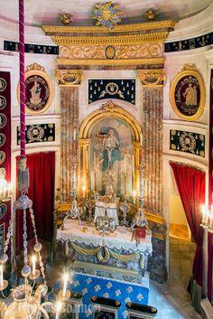 chateau-champ-de-bataille- La chapelle: des éléments brodés de pompe funébre décorent les murs de la chapelle. Dans une niche d'argent, une statuette en pierre représentant saint Alexandre, revêtu d'un costume datant du XVIII°s. L'oeuvre, présente au château dès son origine au XVII°s, est classée monument historique.