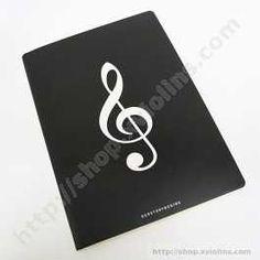 Esta es una elegante libreta de música pautada donde poder escribir tus canciones, apuntes de música o tus propias composiciones. Tiene decoración musical de Clave de Sol.