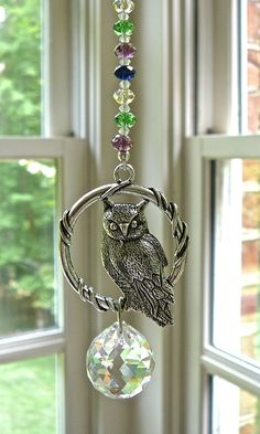 Owl Suncatcher Prism Made with Swarovski Crystal Ball and Wire Crafts, Bead Crafts, Diy And Crafts, Crystal Beads, Swarovski Crystals, Owl Bags, Car Ornaments, Felt Owls, Hanging Crystals