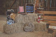 rustic wedding inspiration - brug halmballer til reception. Evt. som bord eller siddepladser