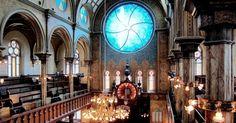 Localizada no Lower East Side, em Manhattan, a Eldridge Street Synagogue é um dos templos mais belos do judaísmo no mundo. A sinagoga funciona no local desde 1887 e foi um importante centro de culto para as comunidades de judeus que chegaram a Nova York (vindas principalmente do Leste Europeu) no final do século 19. Em seu interior, lindamente ornamentado, destaca-se uma enorme janela redonda projetada pelo artista Kiki Smith e pela arquiteta Deborah Gans. A sinagoga é considerada…