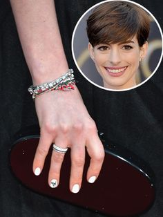 DISEÑOS DIVERTIDOS    La manicurista de Anne Hathaway le pintó sus uñas con esmalte blanco y aplicó diseños en el dedo anular de cada mano.