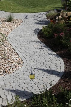 ARENA-NOVA ist eine kombinierte Verlegeart mit ARENA Pflastersteinen und ARENA XXL Pflastersteinen. Das ARENA-Pflastersystem verleiht mit seinen organischen Formen Geh- und Gartenwegen einen ganz eigenen, natürlichen Charme. Dabei harmonieren die ungewöhnlichen Pflasterbeläge mit einem historisch geprägten Umfeld, überzeugen aber auch als Gegenpart zu sachlicher Architektur. Nova, Sidewalk, Gardens, Glamour, Organic Shapes, Paving Stones, Driveway Entrance, Garden Path, Fence