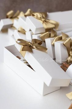 This listing is for 1 (one) SAMPLE of boxed gold ribbon and ivory rose cinnamon wedding invitation scroll. An unique scroll design for a modern bride. It consists of pearlescent off-white paper attached to aroma cinnamon sticks, each with different thickness and hue. Placed in a