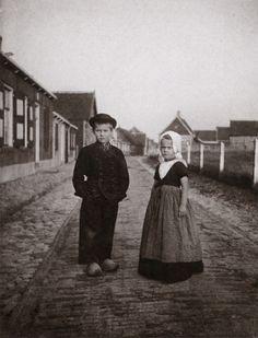 48   Job en Toos, de kinderen van de schilder, in Zeeuwse klederdracht (1912)