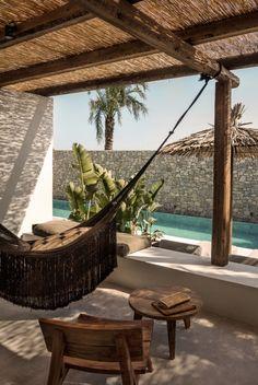 Parce que l'on aime les plages de sable, les hamacs, les palmiers, les petites maisons blanches et les fruits frais, on réserve tout de suite une chambre (avant même l'ouverture) chez le nouveau venu Casa Cook, sur l'île grecque de Kos. (On vous avait déjà parlé de notre coup de coeur pour leur premier établissement à Rhodes ici) On est ultra-fan de l'architecture moderne, un peu bohème, mélangeant des textures brutes et naturelles, des accessoires exotiques faits main et du ...