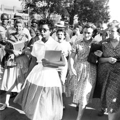When nine black teenagers from Little Rock, Arkansas, bravely passed through crowds of bigotry and hate to attend a desegregated school in 1957…   32 Powerful Pictures That Prove The US Always Pulls Through