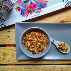 Granola aux flocons d'avoine, noisettes, macadamia et graines de courge Granola, Cereal, Oatmeal, Veggies, Breakfast, Food, Flakes, Vegetarian Cooking, Essen