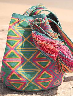 KALIINAS is a fashion accessories brand that combines the richness of the traditional artisanal techniques with the global trends of fashion. Tapestry Crochet Patterns, Crochet Stitches, Knit Crochet, My Bags, Purses And Bags, Tapestry Bag, Japanese Embroidery, Fendi Bags, Knitted Bags