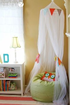 You'll love this cute bedroom decor that will inspire your kids to read! 5 steps to the perfect Book Nook plus FREE reading printables. LOVE this reading nook!