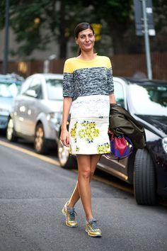 Street Style: Inspire-se a aprenda a usar looks com tênis - Fashion Bubbles + Rovella & Schultz Giovanna Battaglia, Milan Fashion Week Street Style, Spring Street Style, Street Chic, Paris Street, Paris Fashion, Nyfw Street, Looks Chic, Looks Style