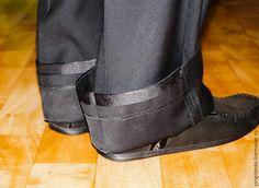 Для того чтобы подшить брюки самостоятельно, требуется: - швейная машинка; - ножницы; - портновский мелок или кусочек мыла; - тесьма брючная; - нитки в цвет ткани; - сантиметровая лента или линейка; - игла; - и, конечно, брюки. Приступаем. В первую очередь необходимо примерить брюки. Обязательно должна быть обувь и ремень. Подворачиваем низ брюк наружу.