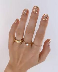"""Dia de Beauté por Vic Ceridono on Instagram: """"Nail art toda trabalhada nas bolinhas douradas para aguçar sua imaginação para a temporada de festas. ✨#unhasddb {Nails: @betina_goldstein}"""""""