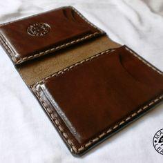 Kožená peňaženka je vyrobená z velmi kvalitnej hovadzej koze s hrúbkou od 1 do 1,5mm. Cela robota je 100% handmade. So slovom handmade sa stretavate v