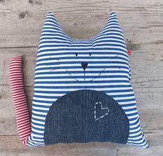 Kocour Tom polštář polštář ve tvaru kočičky z bavlněného plátna vhodný na cesty i do postýlky bříško z pleteniny polyesterové výplň polyesterové duté vlákno výška 35cm prát můžete na 30 v ruce