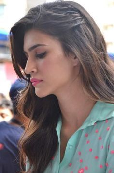 Kriti Sanon steals spotlight at the Umang Festival Saree Hairstyles, Open Hairstyles, Indian Hairstyles, Wedding Hairstyles, Bollywood Hairstyles, Beautiful Bollywood Actress, Most Beautiful Indian Actress, Beautiful Actresses, Front Hair Styles