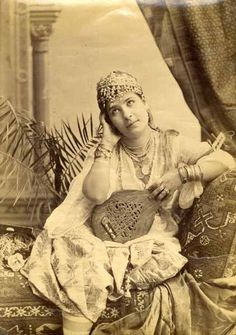 Odalisque was sexual slave in The Ottoman palace. Especially the young girls was raised for sex and entertainment. Vintage Photos Women, Vintage Photographs, Old Pictures, Old Photos, Antique Photos, Jewish Art, People Of The World, North Africa, Historical Photos