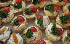 Slané košíčky s pomazánkou Czech Recipes, Ethnic Recipes, Party Snacks, Mini Cupcakes, Bruschetta, Finger Foods, Sushi, Cheesecake, Snack Recipes