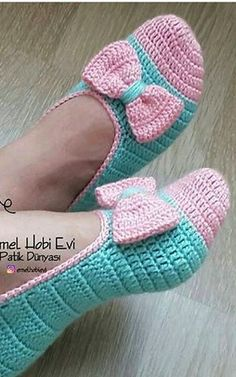 Crochet Baby Boots, Knitted Slippers, Crochet Slippers, Crochet Clothes, Crochet Designs, Crochet Patterns, Crochet Ideas, Crochet Slipper Pattern, Back Post Double Crochet