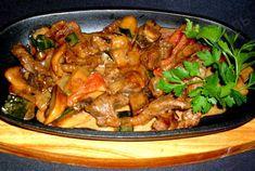 Индейка с грибами в соусе из сметаны соевого соуса и овощей Kung Pao Chicken, Meat, Ethnic Recipes, Food, Essen, Meals, Yemek, Eten