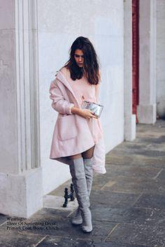 Acheter la tenue sur Lookastic: https://lookastic.fr/mode-femme/tenues/manteau-rose-robe-droite-cuissardes-pochette/5306   — Cuissardes en daim grises  — Pochette argentée  — Robe droite en soie rose  — Manteau rose