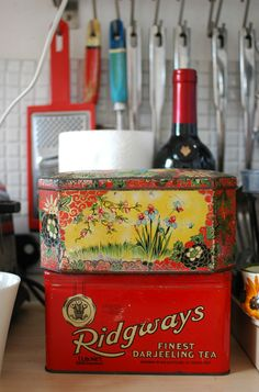 I love old tins. Goes great with assorted glass jars. Patchwork Harmony blog: interior style