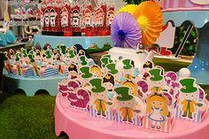 Decoração da Convites e Festas com o tema #Alicenopaisdasmaravilhas.  Festa realizada no #buffetminiland #Minilandbuffet 🎈 🎈