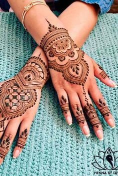 Henna tattoos are to go for in case you wish to try some designs before getting the same tattoo and not only. Go for it with henna! Pretty Henna Designs, Modern Mehndi Designs, Wedding Mehndi Designs, Mehndi Designs For Fingers, Henna Palm Designs, Henna Designs For Kids, Latest Henna Designs, Foot Henna, Henna Tattoo Hand