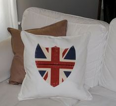 Make Union Jack Shield Pillow - Tutorial with Printable.