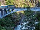 Le pont de l'Amitié enjambe la rivière Bothi pour relier Zhangmu, en Chine, et Kodari, au Népal. Seuls les camions népalais, chargés côté chinois, sont autorisés à franchir la frontière