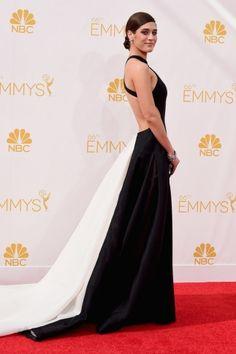 Emmy Awards 2014: Lizzy Caplan com um Donna Karan Atelier super decotado nas costas