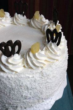 This pineapple cake is a classic and delicious cake recipe, with layers of whipping cream, pineapple chunks, and milk caramel (dulce de leche). Pineapple Pie, Canned Pineapple, Delicious Cake Recipes, Yummy Cakes, Chilean Recipes, Chilean Food, Melting Chocolate Chips, Chocolate Shavings, Cake Mold