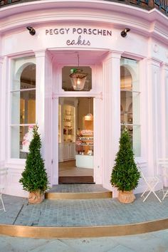 CUPCAKES IN LONDON: Fancy cupcakes in London's prettiest cupcake cafe? Peggy Porschen in Belgravia, London have some adorable cakes. #London #desserts #cupcakes