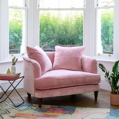 The selection of the right living room furniture is important, especially if the room is minimalist. Here are some ideas to maximize your small living room. Small Couch In Bedroom, Bedroom Couch, Small Sofa, Sofa For Room, Bedroom Armchair, Small Chairs, Living Room Chairs, Living Room Decor, Bedroom Decor