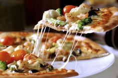 La pizza casera es la más sabrosa.  Aquí compartimos la receta de Daniele Pinna para que te animes a hacerla en casa: http://elgour.me/1yQkZUY #elgourmet #Recetas #Pizza