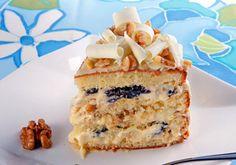 A massa do bolo floresta branca com ameixa é umedecida com calda e o recheio e a cobertura dão um show de sabor. Decore com raspas de chocolate