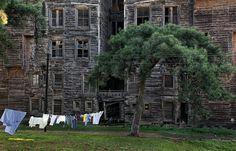 İstanbul'un 'en'leri En büyük saraydan en yaşlı ağaca,en yüksek binadan es eski aşk şiirine, şehrin dünyaya meydan okuyan 'EN'leri...  En büyük ahşap yapı: Rum yetimhanesi